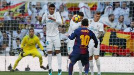 """Суббота. Мадрид. """"Реал"""" - """"Барселона"""" - 0:3. Лионель МЕССИ (№10) и его команда разбили КРИШТИАНУ РОНАЛДУ (в центре) и компанию."""