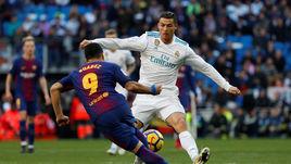 "Сегодня. Мадрид. ""Реал"" - ""Барселона"" - 0:3. КРИШТИАНУ РОНАЛДУ (справа) против Луиса СУАРЕСА."