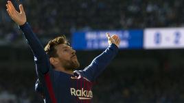 """Суббота. Мадрид. """"Реал"""" - """"Барселона"""" - 0:3. Лионель МЕССИ празднует гол в ворота мадридцев. Впереди еще результативная передача без бутсы на ноге."""