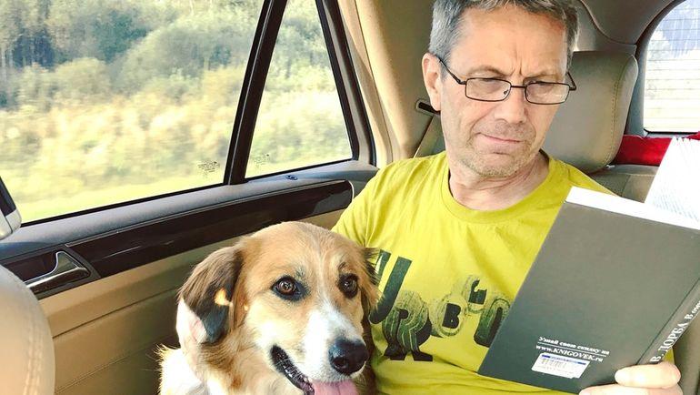 Тесть Максима Виктор - со знаменитым псом Квинси, которого футболист подобрал в Туле на вокзале. Фото из архива Беляевых