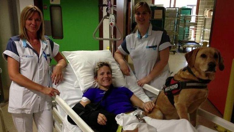 Марике ФЕРФОРТ в больнице со своей собакой. Фото Mirror