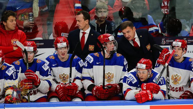 Сегодня. Баффало. Чехия - Россия - 5:4. Валерий БРАГИН (во втором ряду справа) подчеркнул, что ждет от своих игроков большего. Фото ФХР