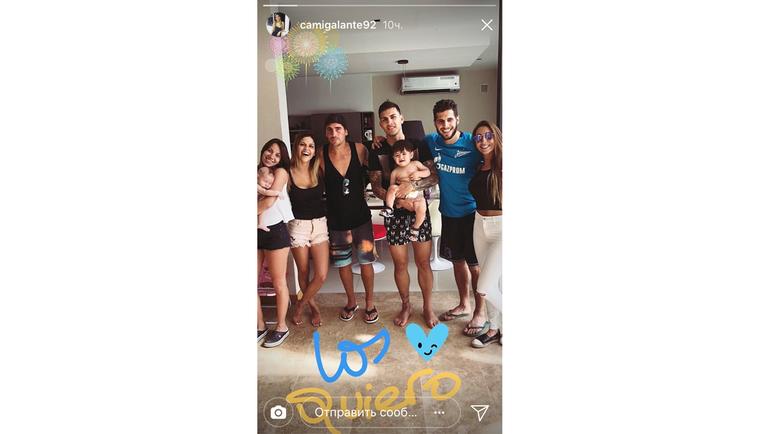 Леандро ПАРЕДЕС одевает друзей в зенитовские майки. Фото instagram.com/