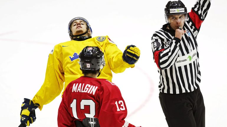 Денис МАЛЬГИН (№13) сыграл за все сборные Швейцарии - от юниорской до основной. Фото REUTERS