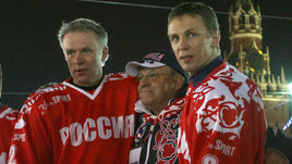 Декабрь 2006 года. Москва. Игорь ЛАРИОНОВ (справа), Вячеслав ФЕТИСОВ (слева) и Скотти БОУМЭН на Красной площади.