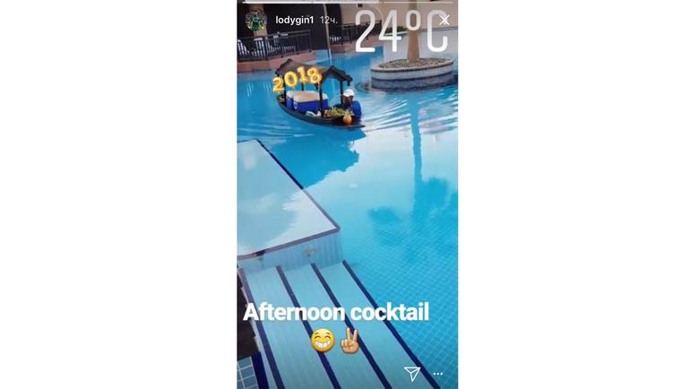 Юрию ЛОДЫГИНУ подают коктейли прямо в бассейн.
