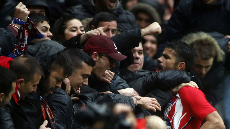 """Суббота. Мадрид. """"Атлетико"""" - """"Хетафе"""" - 2:0. ДИЕГУ КОСТА празднует гол с болельщиками, после чего получит вторую за игру желтую карточку. Фото AFP"""