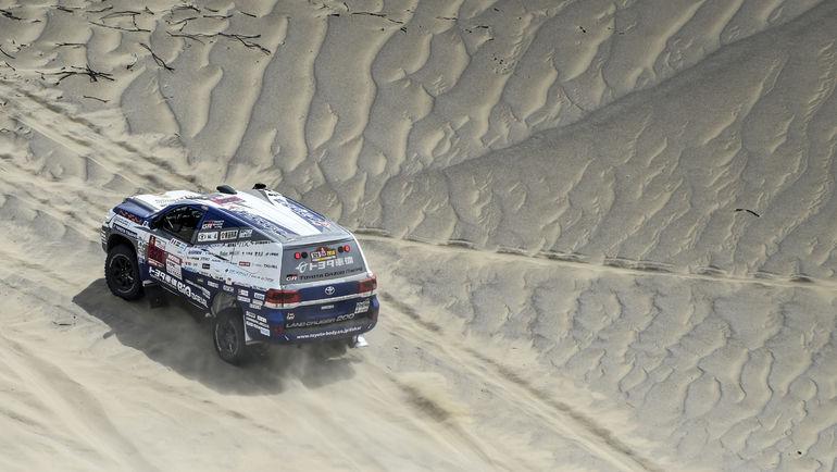 "Toyota Land Cruiser 200 на трассе ""Дакара""."