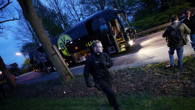 """11 апреля 2017 года. Дортмунд. Автобус """"Боруссии"""" после взрыва. Фото AFP"""
