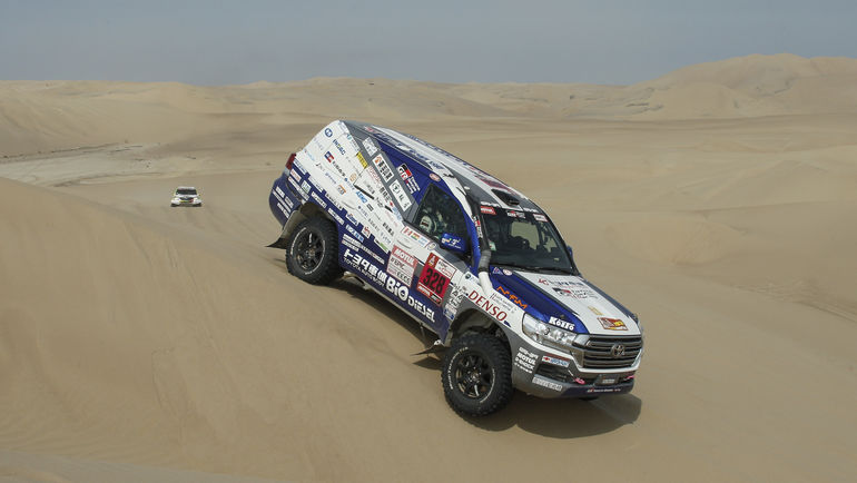 В свою очередь, Кристиан Лавиэль не оставляет никому шансов в классе серийных автомобилей - на финише третьего этапа Toyota Land Cruiser 200 французского экипажа вновь был лучшим.