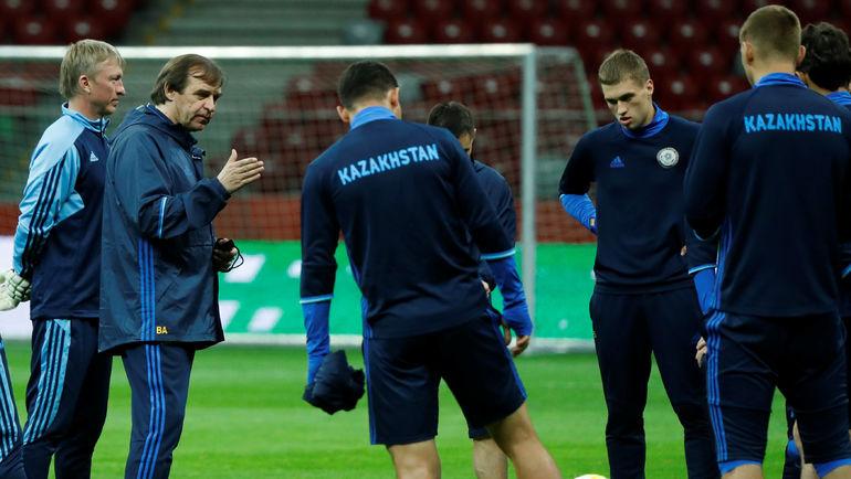 Александр БОРОДЮК и игроки сборной Казахстана. Фото Reuters