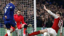 """Эден АЗАР (слева) атакует ворота """"Арсенала""""."""