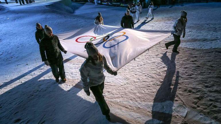 Олимпийский флаг - в руки россиянам? Фото AFP