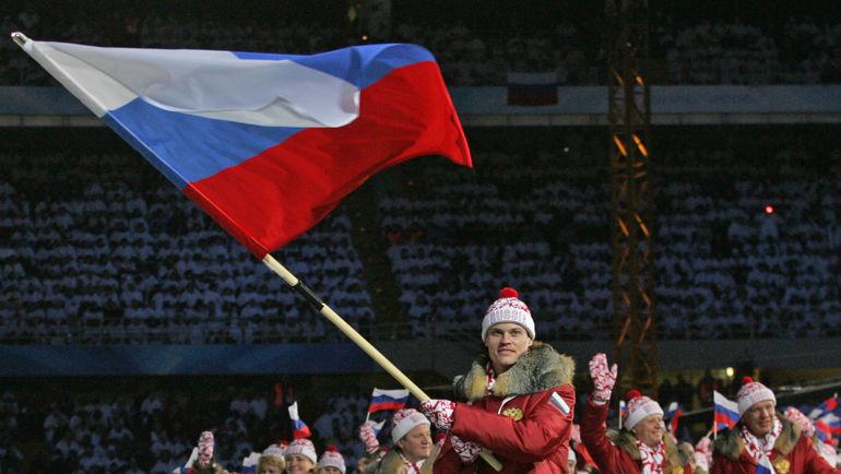 Знаменосцем сборной России на Олимпиаде-2006 в Турине был Дмитрий ДОРОФЕЕВ. Фото Александр ВИЛЬФ