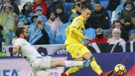 """13 января. Мадрид. """"Реал"""" - """"Вильярреал"""" - 0:1. Денис ЧЕРЫШЕВ (справа) разгоняет голевую атаку гостей."""