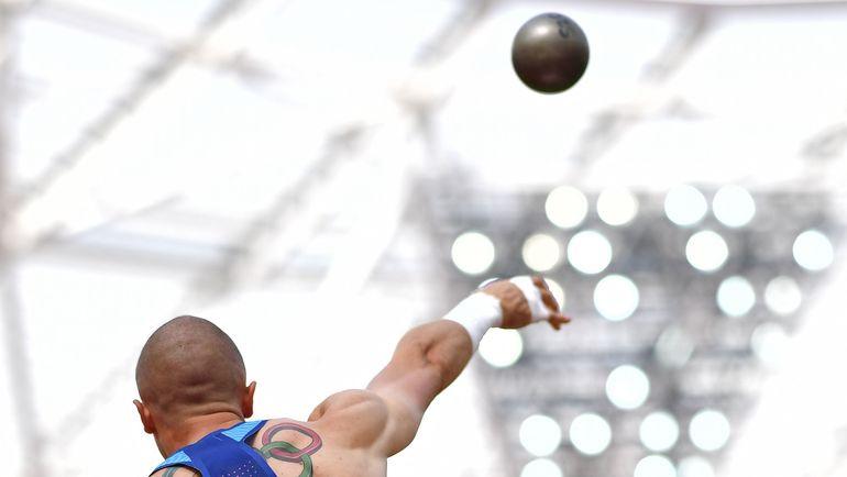 Один из участников соревнований в Праге толкнул ядро и случайно попал в грудь судьи. Фото AFP