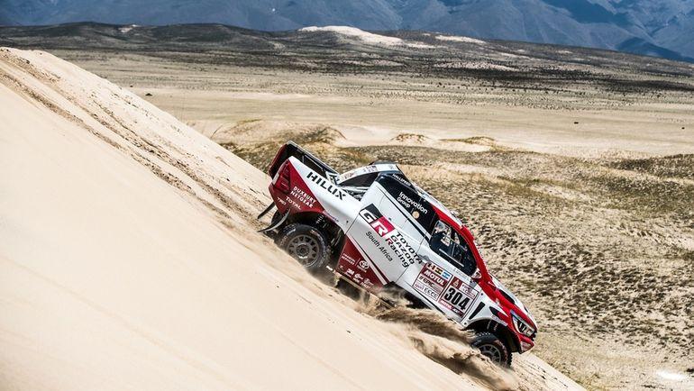 Одним из героев 10-го этапа протяженностью почти 800 км стал Жиниэль де Вильерс, чья Toyota Hilux показала второе лучшее время.