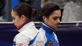 Четверг. Москва. Алина ЗАГИТОВА (слева) и Евгения МЕДВЕДЕВА.