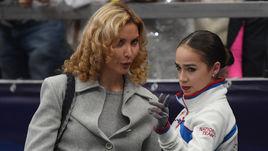 Четверг. Москва. Алина ЗАГИТОВА (справа) и тренер Этери ТУТБЕРИДЗЕ, которая также работает с Евгенией Медведевой.