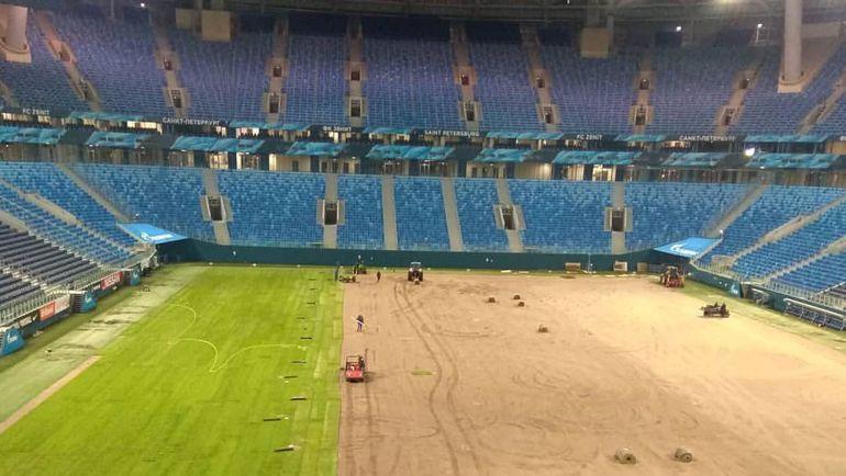 """Рабочие приступили к укладке нового газона стадиона """"Санкт-Петербург"""". Фото """"Фонтанка"""""""