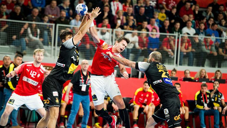 Лидер сборной Дании Расмус Лауге ШМИДТ против сборной Испании.