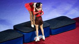Суббота. Москва. Евгения МЕДВЕДЕВА поздравляет Алину ЗАГИТОВУ с победой на чемпионате Европы.
