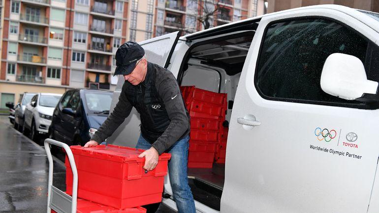 Понедельник. Женева. Сотрудник МОК перевозит документы организации для слушаний в CAS. Фото AFP