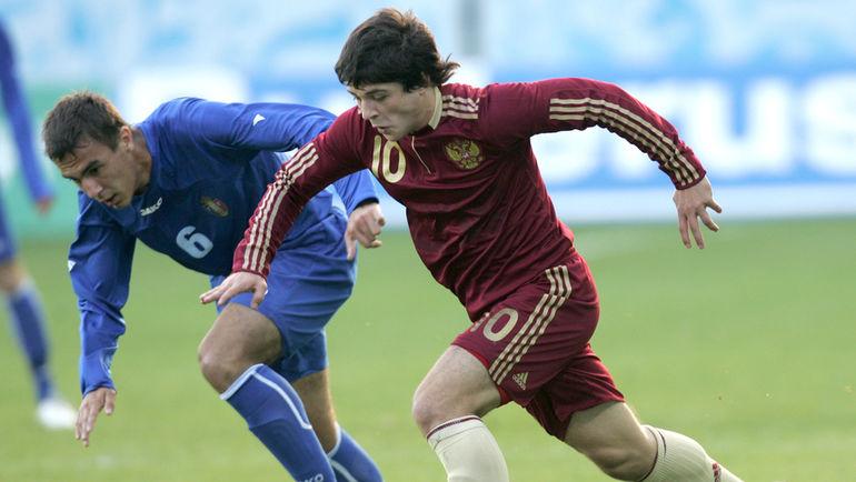 Игорь ГОРБАТЕНКО (№10) в молодежной сборной России.