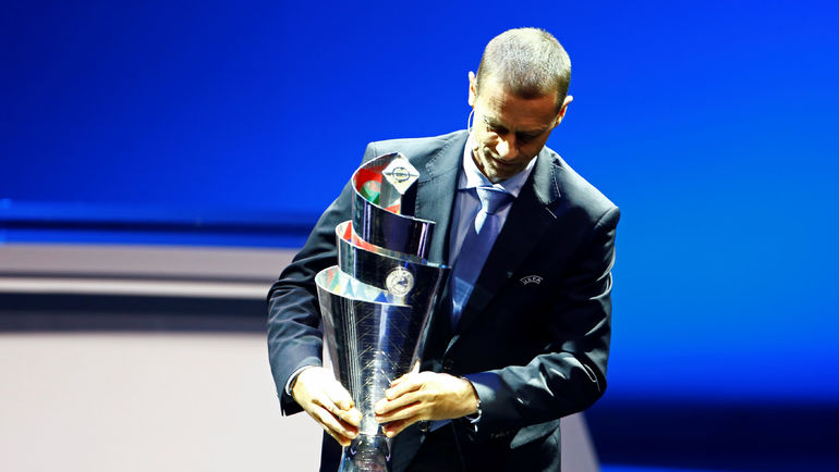 Президент УЕФА Александар ЧЕФЕРИН с трофеем за победу в Лиге наций. Фото REUTERS