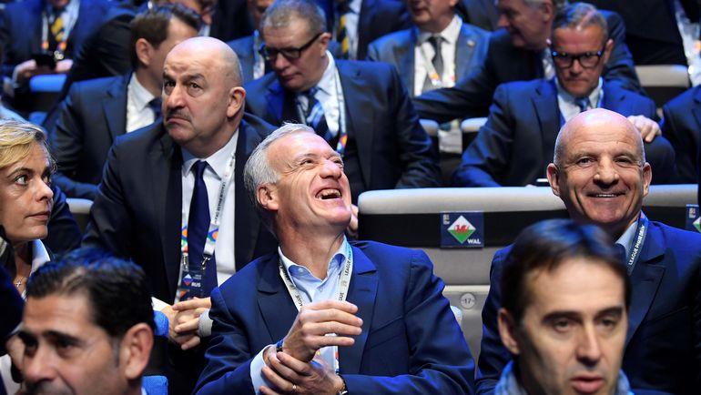 Главный тренер сборной России Станислав ЧЕРЧЕСОВ и наставник сборной Франции Дидье ДЕШАМ. Фото AFP