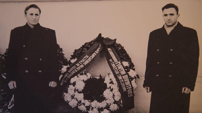50-е годы. Алексей Парамонов и Никита Симонян у памятника Георгию Димитрову в Болгарии