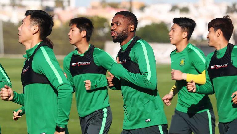 """Седрик БАКАМБУ (в центре) на тренировке """"Бэйцзин Гоань"""" в Португалии. Фото AFP"""