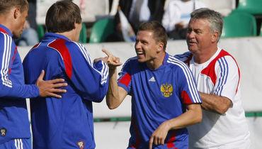 Август 2009 года. Гус ХИДДИНК, Игорь СЕМШОВ и Александр БОРОДЮК (справа налево) на тренировке сборной России.