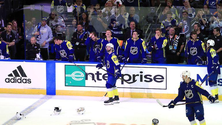 Воскресенье. Тампа. Кепки на льду Amalie Arena в честь хет-трика Никиты КУЧЕРОВА (№86. Фото AFP