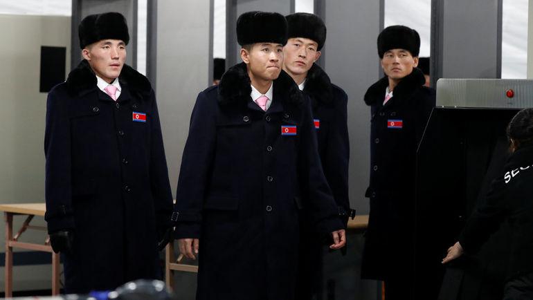 Делегация КНДР прибывает в Олимпийскую деревню.