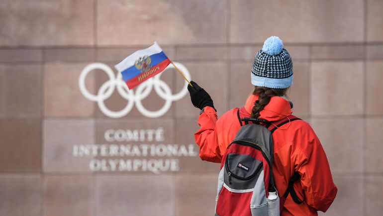 Российский фанат у здания МОК. Фото AFP