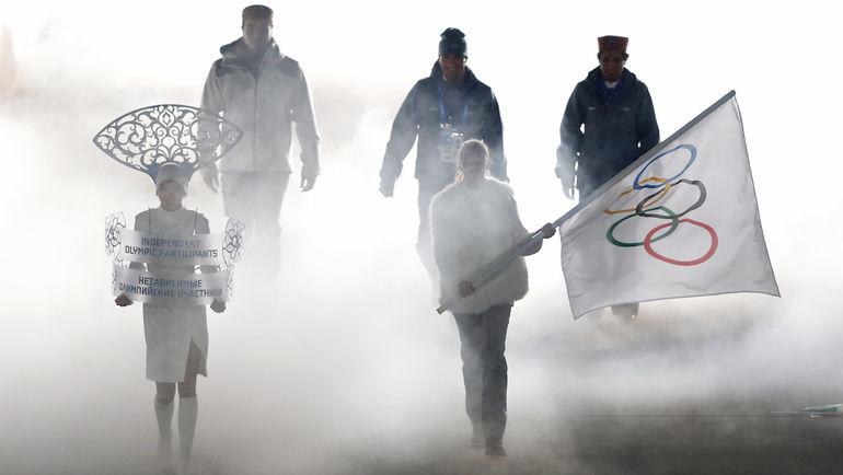Олимпийский флаг - в руках волонтера. Именно он будет идти во главе делегации России на открытии Игр в Пхенчхане. Фото AFP