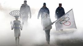Олимпийский флаг - в руках волонтера. Именно он будет идти во главе делегации России на открытии Игр в Пхенчхане.