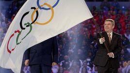 Президент МОК Томас БАХ с олимпийским флагом на Играх-2014 в Сочи.
