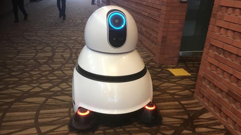 """Хай-тек по-корейски: робот-пылесос в пресс-центре. Фото Дмитрий СИМОНОВ, """"СЭ"""""""