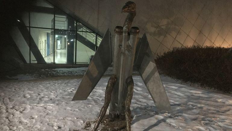 """Орел с огромной ракетой между лапами. Фото Дмитрий СИМОНОВ, """"СЭ"""""""