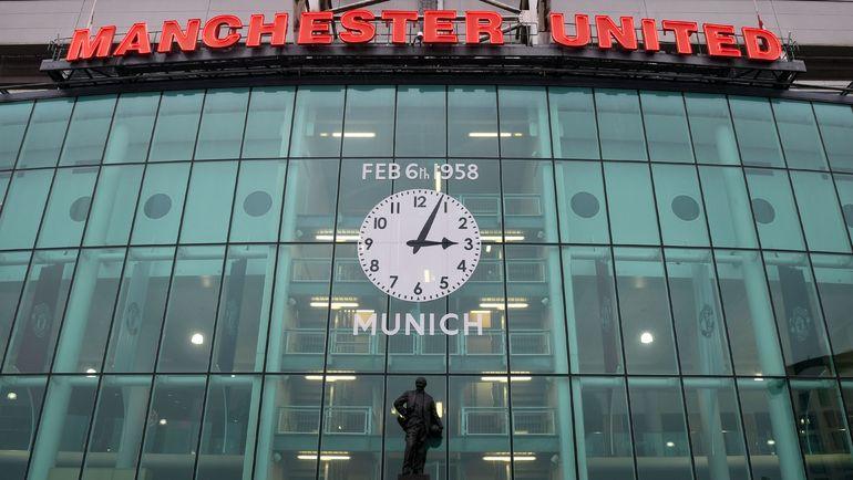 """Часы со временем авиакатастрофы, в которой погибла большая часть команды """"Манчестер Юнайтед"""", на стадионе """"Олд Траффорд"""". Фото AFP"""
