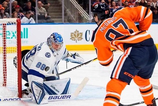 """Голкипер """"Тампа-Бэй"""" Андрей ВАСИЛЕВСКИЙ (слева) и форвард """"Эдмонтона"""" Коннор МАКДЭВИД (справа). Фото НХЛ"""