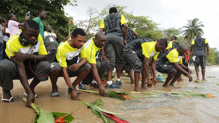 2012 год. Игроки сборной Замбии вспоминают жертв трагедии 1993 года. Фото AFP