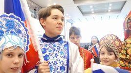 """Сборную России по хоккею встречали в Корее с флагами, гимном и """"Катюшей""""."""