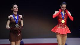 Евгения МЕДВЕДЕВА (слева) и Алина ЗАГИТОВА с медалями чемпионата Европы.