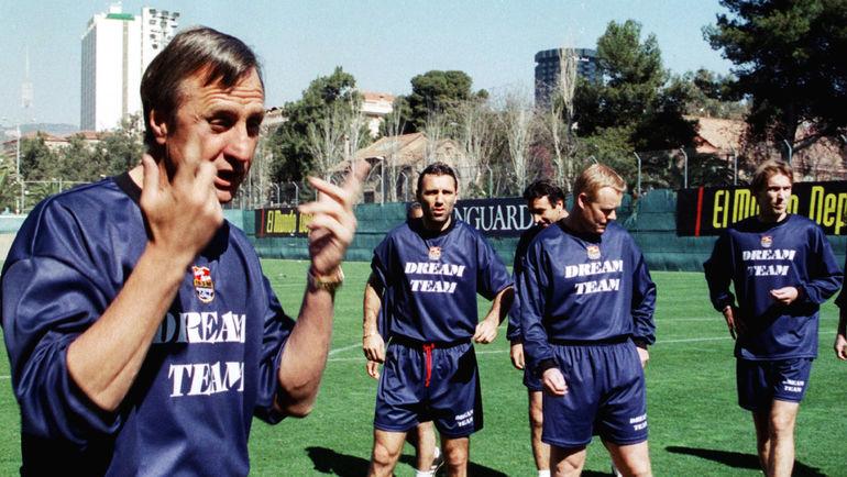 """1999 год. Йохан КРОЙФ и Роналд КУМАН (второй справа) на тренировке """"Барселоны"""". Фото REUTERS"""