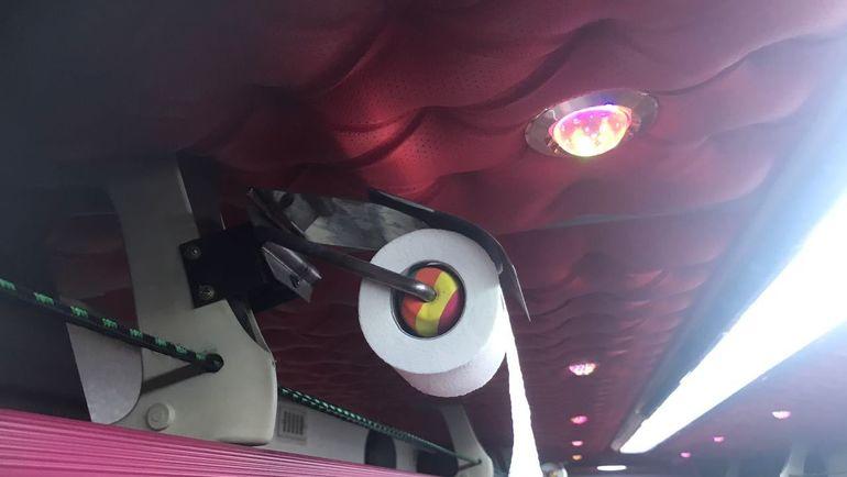 """Рулоны туалетной бумаги в автобусе. Фото """"СЭ"""""""