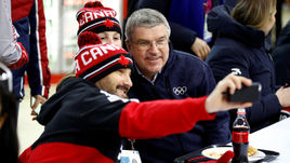 Представители сборной Канады делают селфи с главой МОК Томасом БАХОМ (справа).