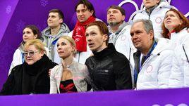 Сегодня. Пхенчхан. Евгения ТАРАСОВА (вторая слева в нижнем ряду) и Владимир МОРОЗОВ (второй справа в нижнем ряду).